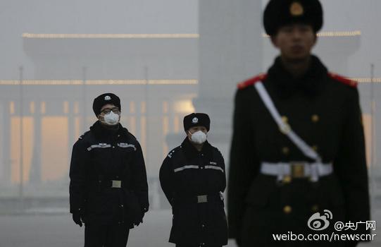 天安门广场武警雾霾天首次戴口罩执勤(图)