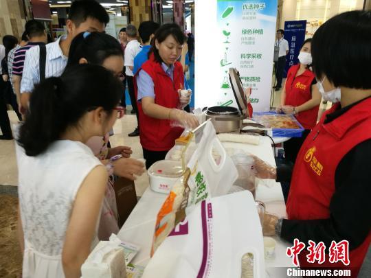 深圳市民在活动现场品尝大米饭 郑小红 摄